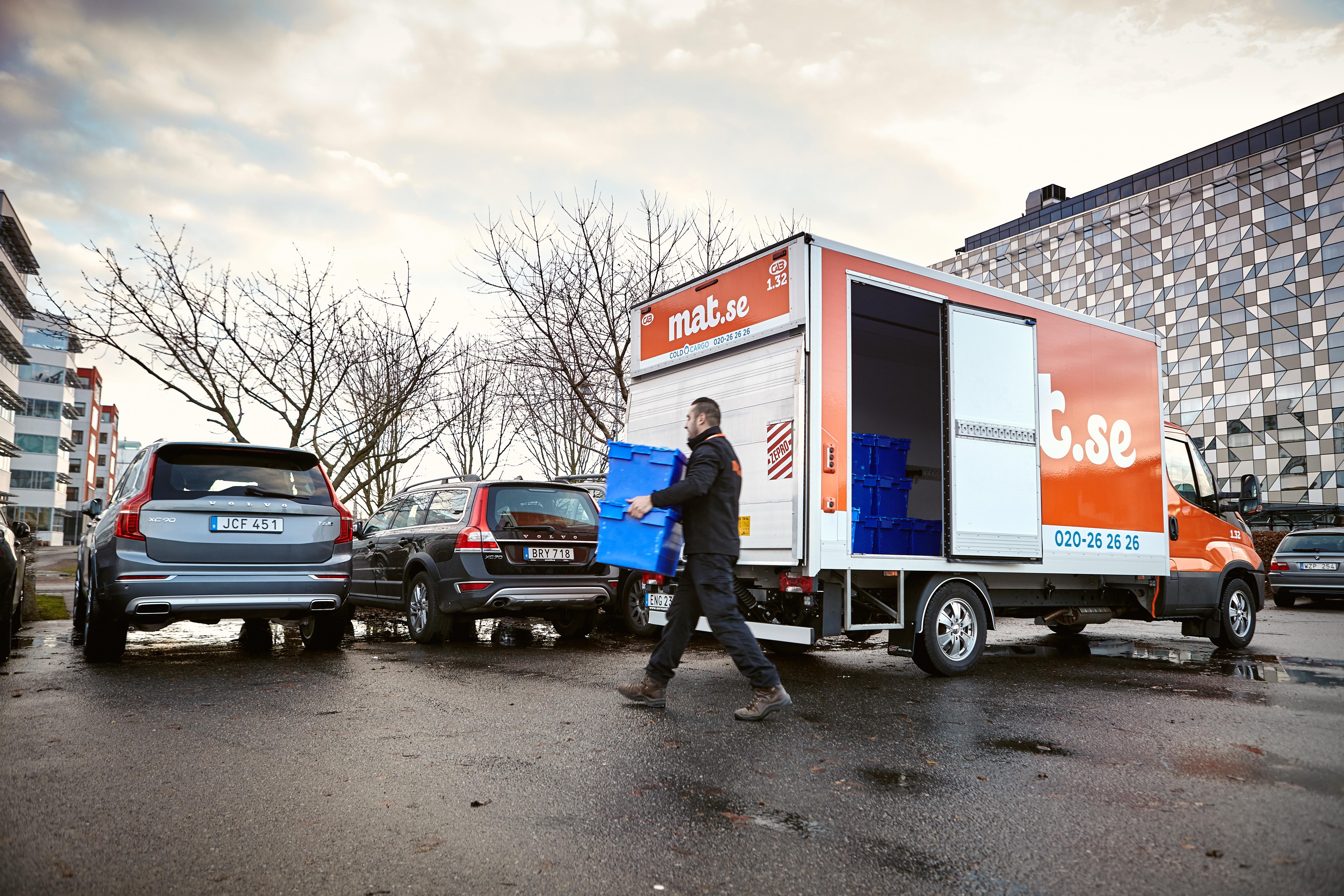 Nu kan Göteborgare få mat och leksaker levererade direkt till bakluckan på sin Volvo.