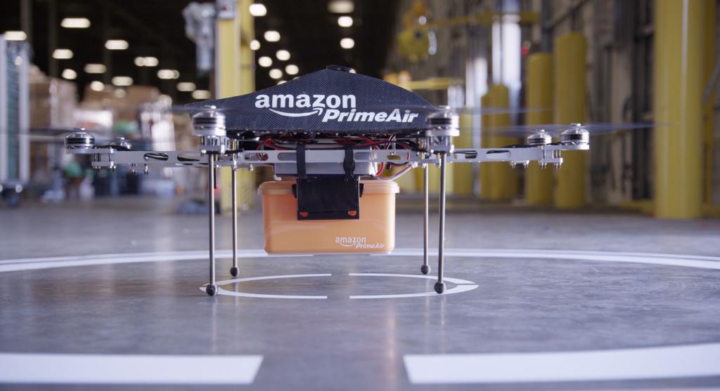 """2013 meddelade Amazon att leveranser i utvalda områden skulle utföras av kommersiella drönare med start 2015. Det utlöste stor uppståndelse och man talade om leveransernas """"rymdålder"""". Men ännu har drönarna inte kunnat lyfta från marken."""