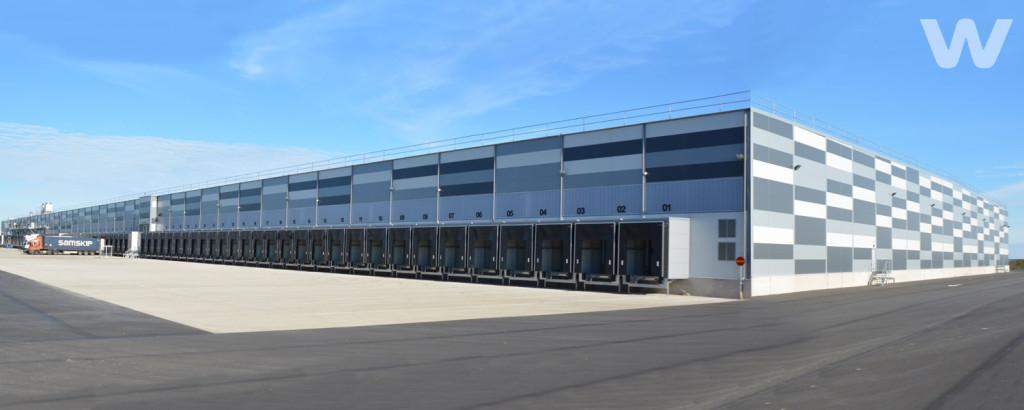 Lidls 45 000 kvm stora centrallager i Rosersberg blev klart 2013. Nu planerar bolaget ett lika stort lager till någonstans längs E18 mellan Karlstad och Västerås.