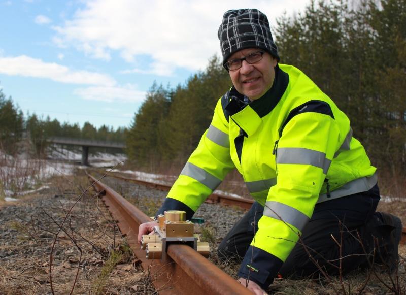 Professor Jan Lundberg vid Luleå tekniska universitet visar sin mätapparat. Foto: Katarina Karlsson