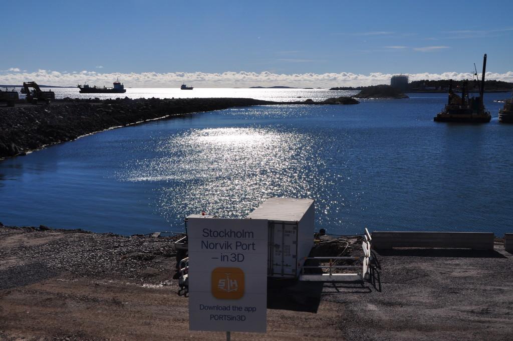 Norvik är både djupare och har en bättre farled från Östersjön än både Frihamnen i Stockholm och andra större Östersjöhamnar. kaj- och farledsdjup klarar väl de största fartyg som kan gå i Östersjön. Den ska kunna ta emot både container- och roro-fartyg och kan bli Sveriges näst största containerhamn. Från Nordens största hamn, Göteborgs hamn, transporteras i dag mycket importgods på väg och järnväg i södra Sverige. En tanke med Norvik är att fler transporter kan gå på fartyg via Östersjön. Foto Lena Sonne