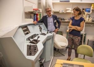 Foto: VTI. Premiär för godstågssimulator i Nässjö 24 oktober 2016. Forskare Birgitta Thorslund från VTI och utbildningsledare Lars-Åke Hedman, Nässjöakademin i samspråk.