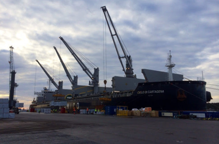 Rekordlastning av trä i Karlshamns hamn