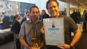 Glada vinnare vid prisutdelningen: Johannes Träskman, logistikchef och Pär Svärdsson, vd på Apotea.  Foto Hilda Hultén