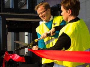 Jaana Tuominen klippte tillsammans med Johan Sundelin av det röda bandet och invigde Santa Marias nya centrallager i Kungsbacka. Foto: Santa Maria