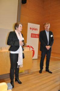 Förra årets konferensvärdHelena Forslund, linnéuniversitetet tackades av avPeter Rosén, Handelshögskolan iGöteborg,som ocksåär värd för årets konferens tillsammans med Robin Hansson vid Chalmers. Foto: Lena Sonne.