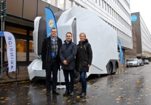Lidl kommer att bli först med att ta nya T-poden i drift. På bilden: Robert Falck, vd Einride, Simon Jensen, strategisk projektledare, Lidl och Emelie Hansson, hållbarhetschef, Lidl. Foto: Klara Eriksson.