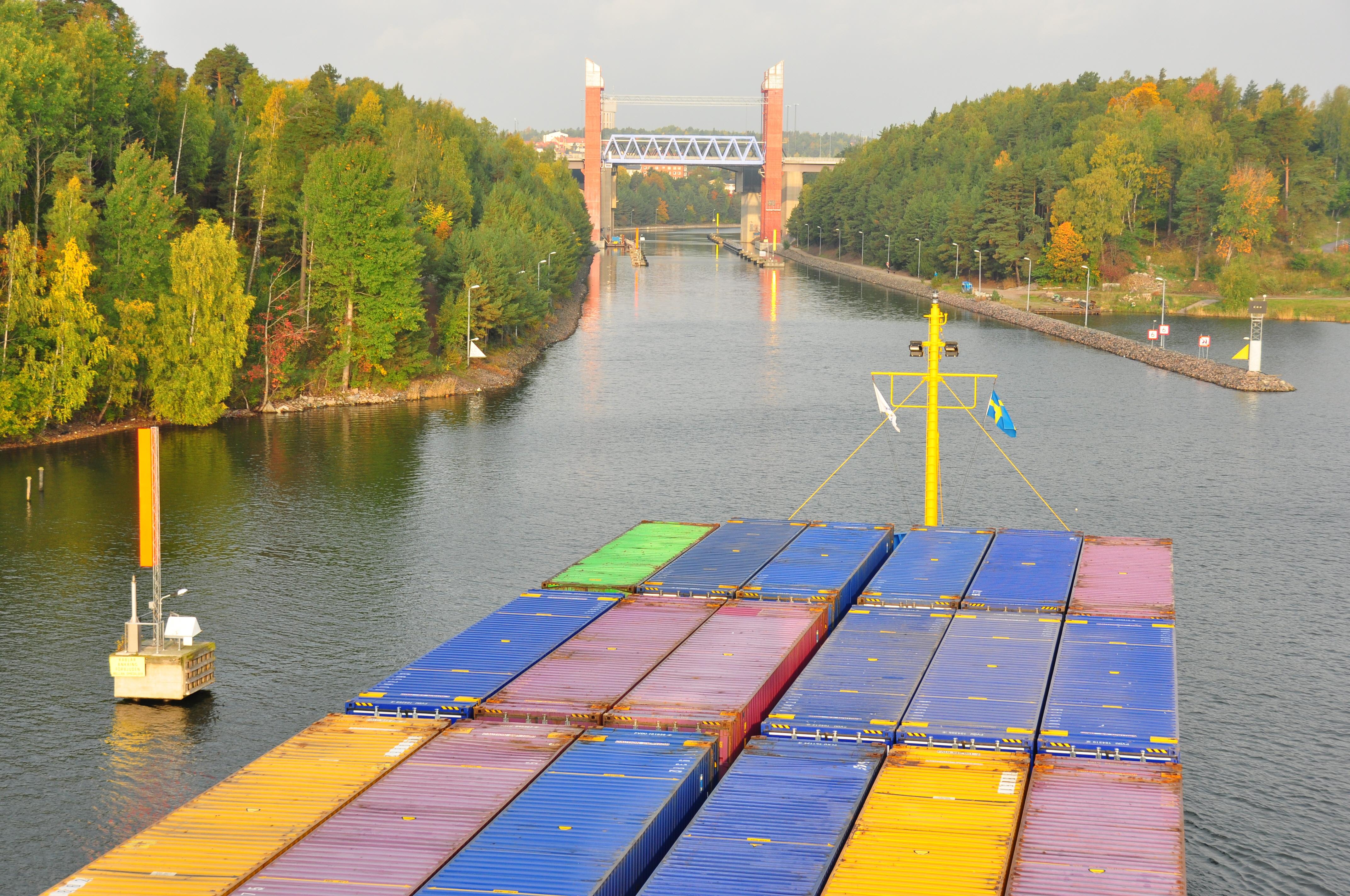 Containerfrakt på Mälaren. Sjöfarten på de inre vattenvägarna är extra utsatt för konkurrens från vägtransporter. Foto Sjöfartsverket